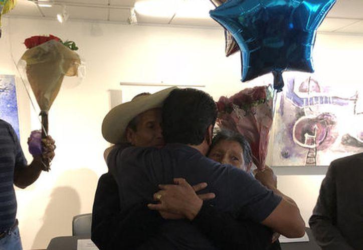 con abrazos y lágrimas celebraron el reencuentro. (Foto: Notimex)