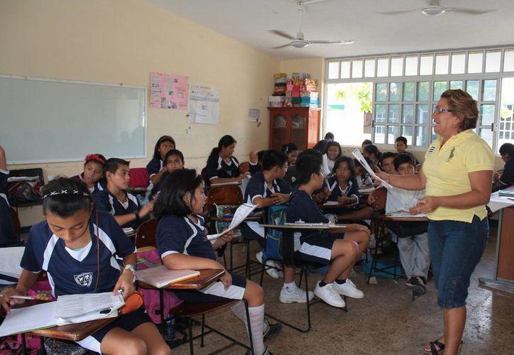 Más de 200 estudiantes de diferentes niveles educativos recibieron el pago de sus becas este jueves. (Gustavo Villegas/SIPSE)