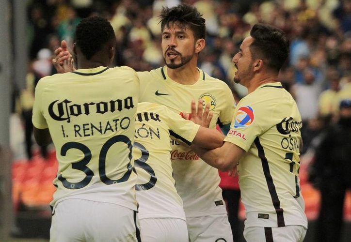 Oribe Peralta (c), con dos goles, fue el verdugo de Cruz Azul otra vez y superó un récord de Salvador Cabañas. (Fotos: Notimex)