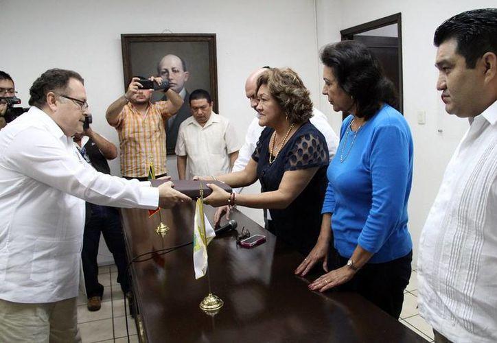El consejero jurídico del Gobierno del Estado entregó las iniciativas al Congreso local. (Milenio Novedades)