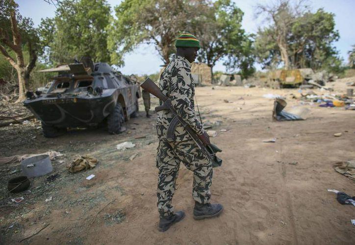 Un soldado maliense en un campamento militar tomado por yihadistas y más tarde arrasado en un ataque aéreo francés, en Diabali, en Mali. (Archivo/EFE)