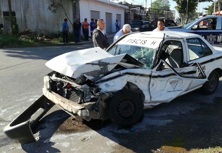El taxi número económico 06 fue reportado como pérdida total. (Foto: Redacción/SIPSE)
