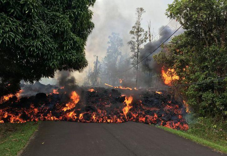 El Servicio Geológico de Estados Unidos dijo el miércoles que el riesgo aumentará si la lava cae por debajo del nivel del agua. (REUTERS)