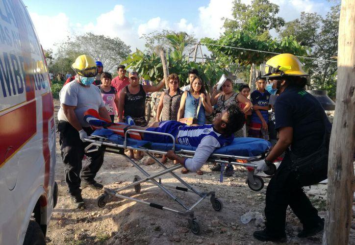 Hasta la colonia Antorchistas llegaron los cuerpos de emergencias para atender a la víctima y trasladarla al hospital. (Foto: Redacción/SIPSE)