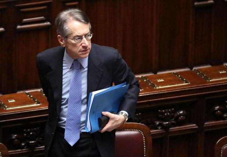 El ministro de Exteriores italiano, Giulio Terzi, abandona la sala tras anunciar su dimisión. (EFE)