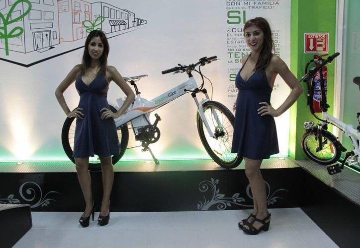 Las bicicletas y motonetas son eléctricas; en caso de agotarse la batería, pueden ser usadas de forma manual. (Tomás Álvarez/SIPSE)