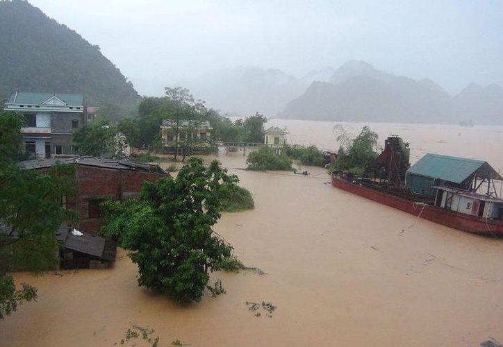 Miles de personas han tenido que abandonar sus hogares debido a las inudaciones que azotan a Vietnam. (theguardian.com)