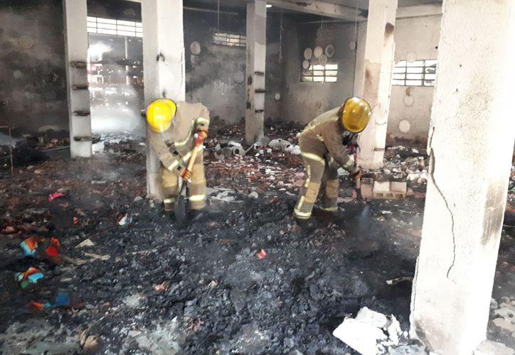 Arribaron elementos de bomberos para apagar el fuego. (Sara Cauich/SIPSE)