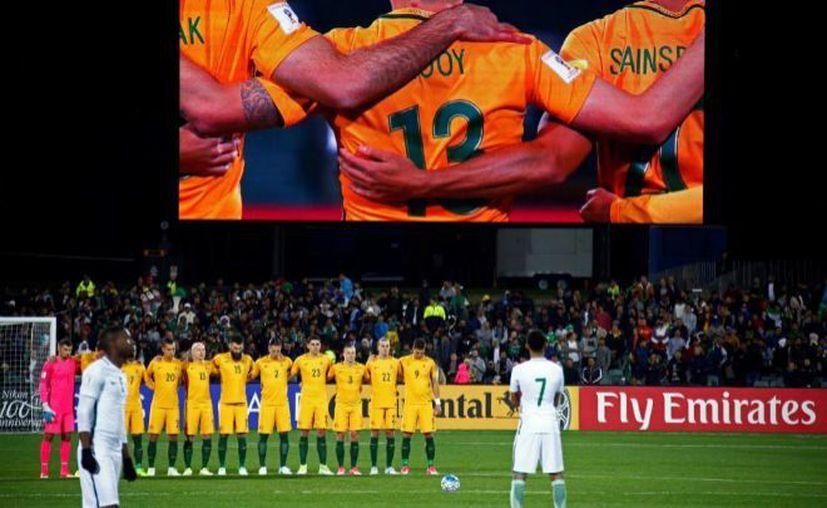 Los miembros de la selección saudí que se encontraban en el banquillo no se pusieron en pie. (Foto: Contexto/Internet)