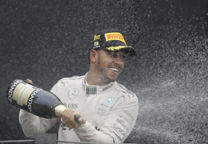 Con el triunfo, Lewis Hamilton se acercó a doce puntos del liderato de la competencia, que se encuentra en la manos de Nico Rosberg.(Andre Penner/AP)