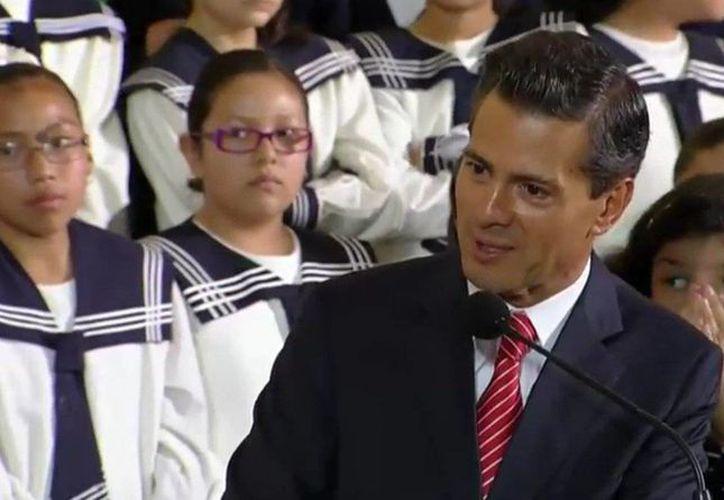 """Al inaugurar el ciclo escolar 2016-2017, en Toluca, el presidente Enrique Peña Nieto dijo a los maestros disidentes que """"el futuro de México no es negociable"""". (Twitter: @PresidenciaMX)"""