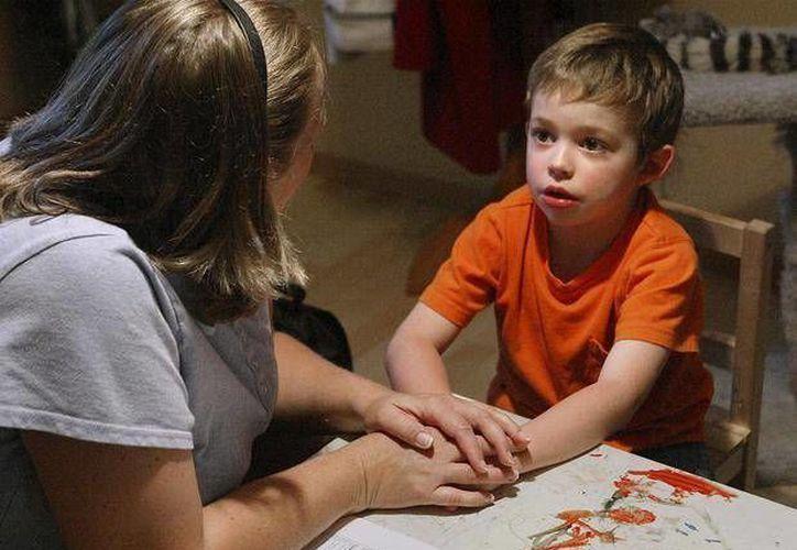 Los principales síntomas son que el menor no sonríe socialmente, prefiere jugar solo, entre otros. (Archivo/AP)