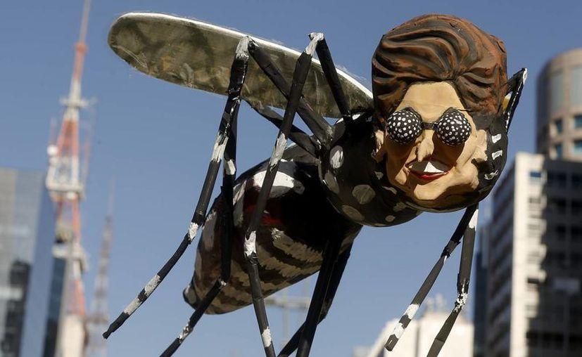 Decenas de miles de personas se manifestaron este domingo en Brasil para pedir la destitución de la presidenta Rousseff, ridiculizada como un mosquito en una de las marchas registradas en el país. (AP)