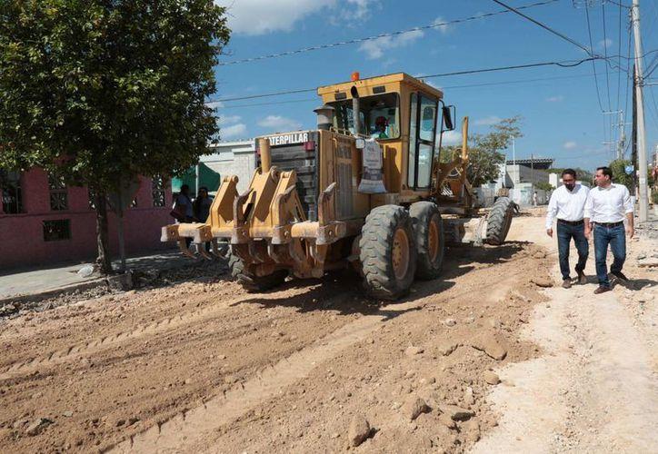 Este miércoles el alcalde meridano Mauricio Vila supervisó la rehabilitación de la calle 83 por 85 en San Antonio Kaua. (Fotos cortesía del Ayuntamiento)