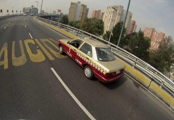 En la Ciudad de México, es común ver Tsurus habilitados como taxis; este modelo de la Nissan es el más robado en México, de acuerdo con AMIS. La imagen se utiliza con fines estrictamente referenciales. (Archivo/Notimex)