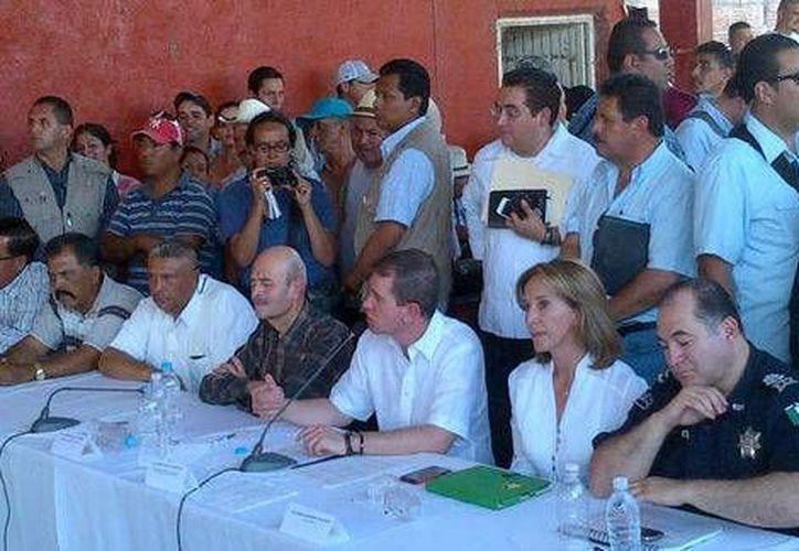 Las autodefensas firmaron un acuerdo en reunión con el gobernador Fausto Vallejo y el comisionado de seguridad, Alfredo Castillo. (Milenio)