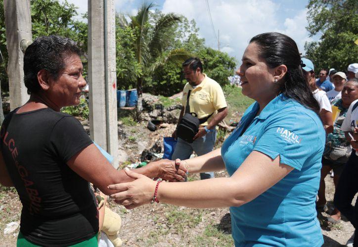 La candidata al Senado, Mayuli Martínez, durante un recorrido que realizo en las colonias Bosque y Américas, en Isla Mujeres.
