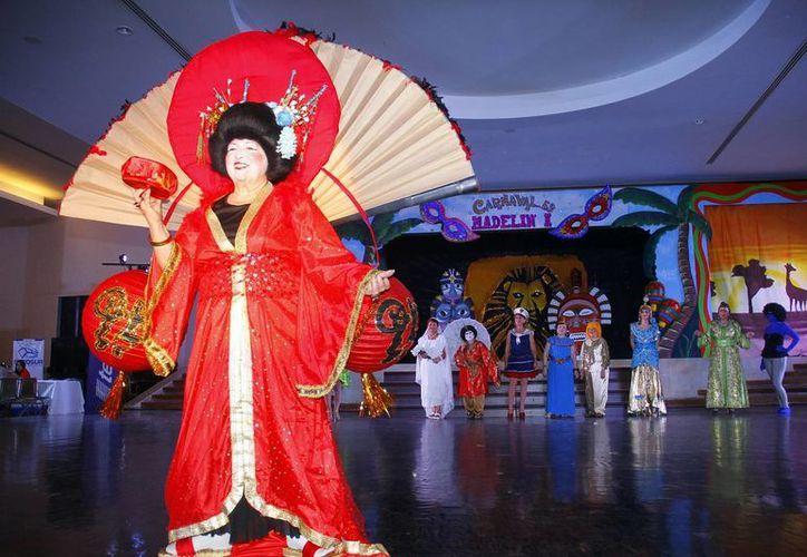 Coloridos disfraces alegraron el gran ambiente del gran salón del Club Campestre. (Juan Albornoz/SIPSE)