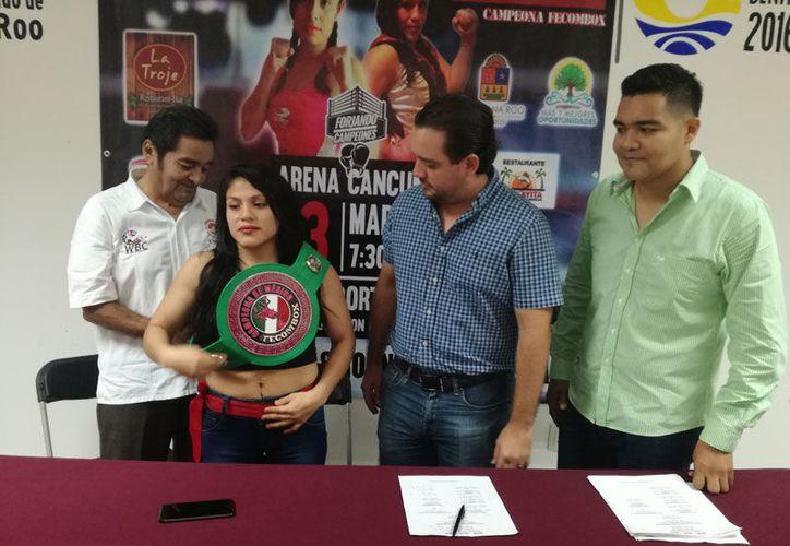 'Veneno' López recibió el cinturón de campeona nacional, peso minimosca, de la Fecombox. (Raúl Caballero/SIPSE)