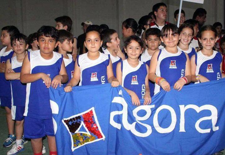 Los pequeños basquetbolistas, en el acto inaugural. (SIPSE)