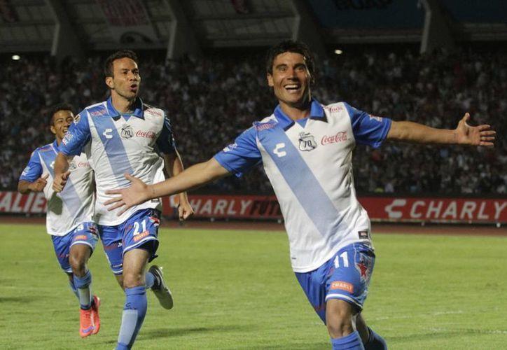 En uno de los mejores partidos de su carrera, el diminuto Matías Alustiza hizo dos goles y dio pase para otros dos en la victoria de Puebla por 4-2 en la final de Copa MX ante Chivas de Guadalajara. (Notimex)