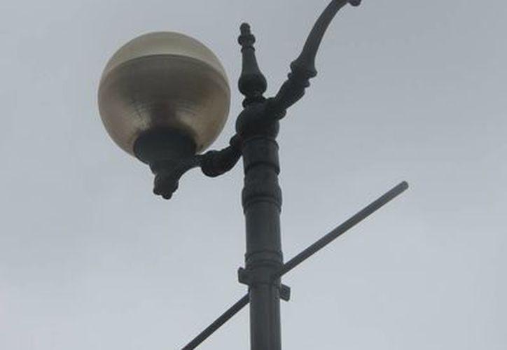 De las luminarias instaladas en el malecón la mayoría no funciona o presentan fallas. (Gustavo Villegas/SIPSE)