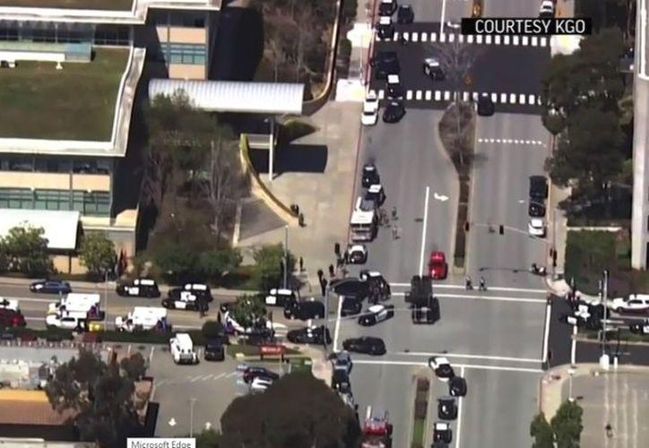 A las 12: 45 horas comenzaron las llamadas de auxilio por el tiroteo y segundos después la búsqueda del responsable, por parte de policías. (Captura de Pantalla)