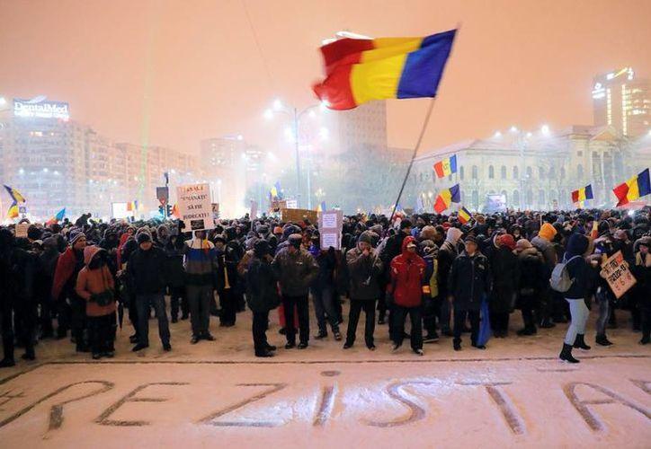 Las protestas masivas en Rumania frenaron la presentación de una ley que 'legalizaba' la corrupción. (AP/Vadim Ghirda)