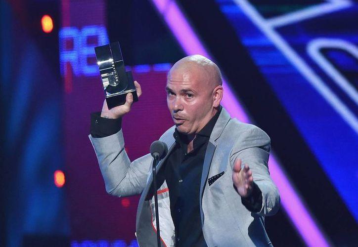 """""""Yo no soy político, soy músico, pero más que nada soy latino"""", dijo Pitbull con la estatuilla entre sus manos, para luego mandar un mensaje a Donald Trump. (Univisión)"""