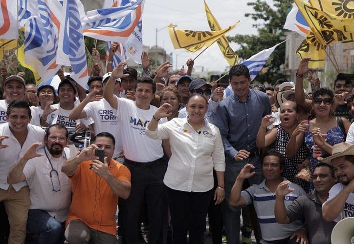 Cristina Torres continuó sus actividades por la tarde, en una caminata para escuchar a los vecinos de la delegación Puerto Aventuras. (SIPSE)
