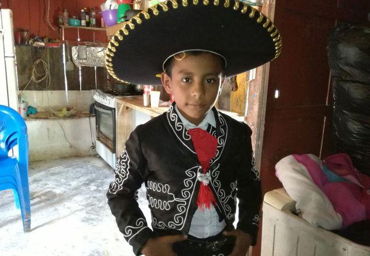 Abimelet Meza Molina sólo cuenta con el apoyo de sus padres, por lo que pide el apoyo de las autoridades de Educación, de Cultura y del Ayuntamiento. (Javier Ortiz/SIPSE)