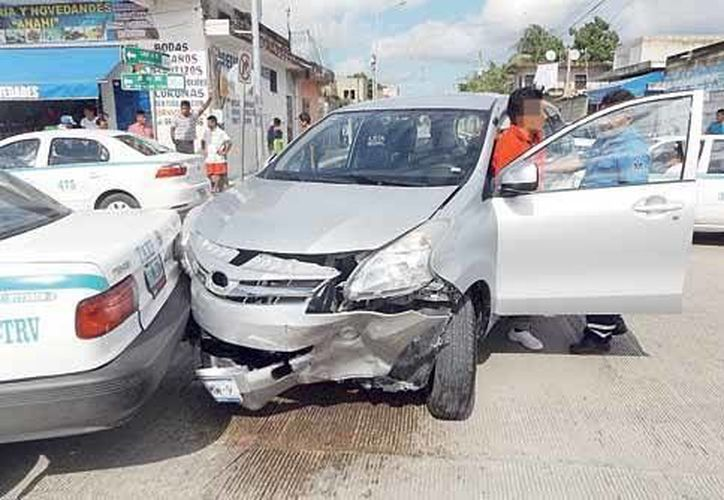 El conductor de la camioneta aseguró que se confundió al momento de llegar al cruce de avenidas y, en vez de frenar, aceleró. (Redacción/SIPSE)