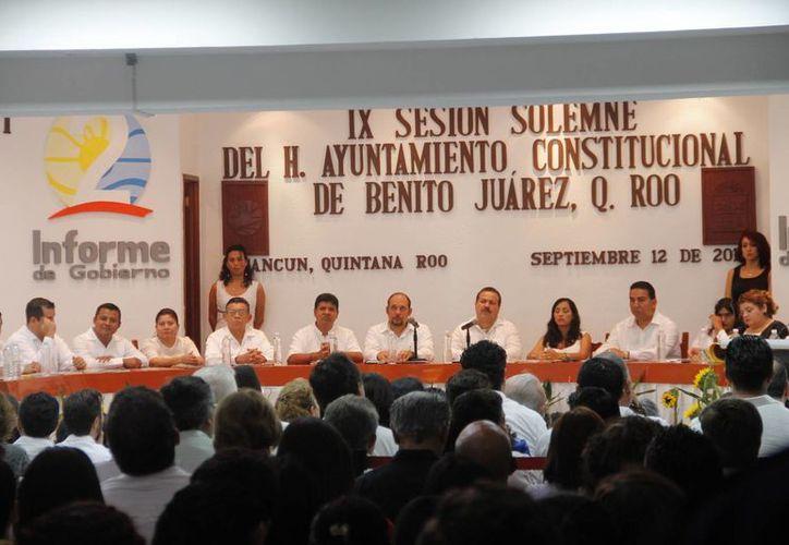 Las autoridades durante la Sesión Solemne del Ayuntamiento. (Israel Leal/SIPSE)