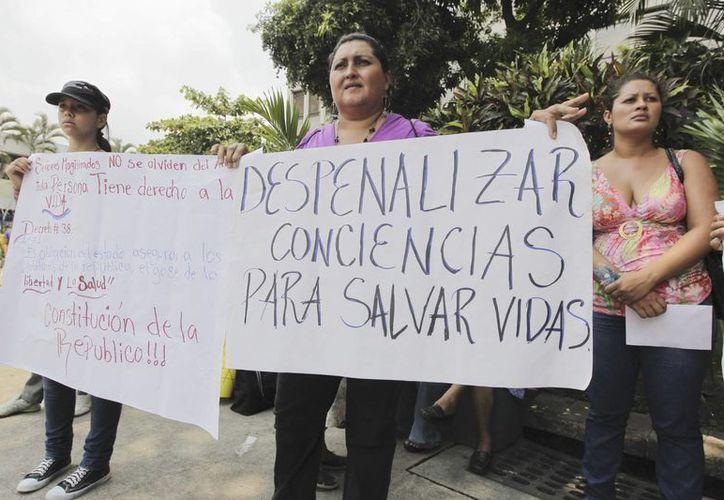Fotografía del 22 de abril de 2013 muestra a mujeres de organizaciones feministas que protestan frente a la Corte Suprema Justicia en San Salvador (Archivo/EFE)