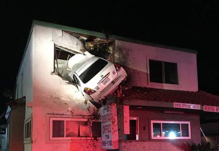 El espectacular accidente se registró en una calle de Santa Ana, California. (vanguardia.com)