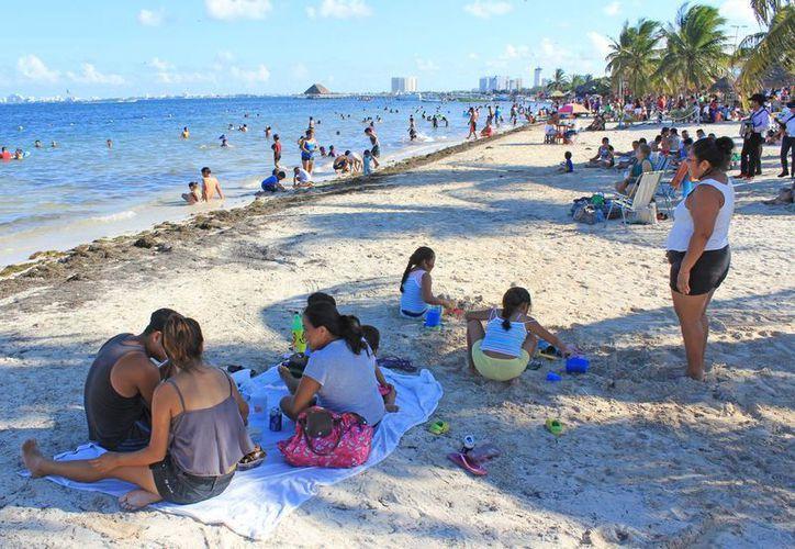 Decenas de familias se notaron en Playa del Niño. (Jesús Tijerina/SIPSE)