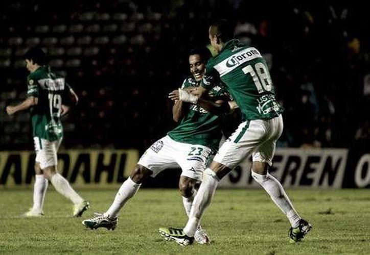 Poco después del empate de Gallos Blancos, 'Gallito' Vázquez tomó un balón de volea para marcar el 2-1 definitivo a favor de León. (mexsports.com)