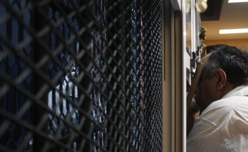 La defensa de Hipólito Mora, en la imagen detrás de la rejilla de prácticas, indicó que su cliente está en riesgo por permanecer en un penal de mediana seguridad. (Notimex)