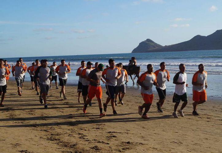 Los jugadores de Leones de Yucatán entrenaron en playas de Mazatlán bajo las órdenes del mánager Matías <i>Coyote</i> Carrillo. (Milenio Novedades)