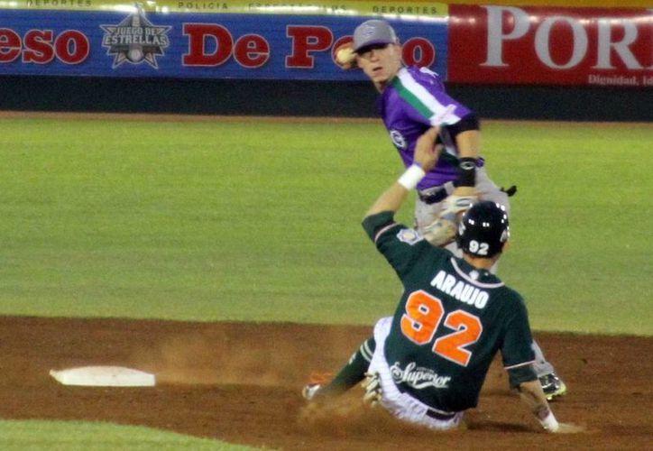 El melenudo Iván Araujo es puesto fuera en la segunda base durante el partido en el parque de Kukukcán. (Milenio Novedades)
