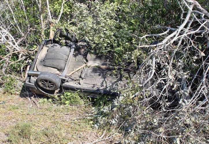 Un auto que transportaba a varias personas volcó este domingo en la carretera Chelem Progreso. Solo una mujer resultó lesionada, pero no de gravedad. (Gerardo Keb/Milenio Novedades)