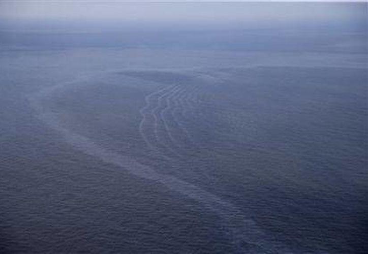 Foto del 31 de marzo del 2015 de una mancha de petróleo que flota en el Golfo de México, frente a la costa de Louisiana. (Agencias)