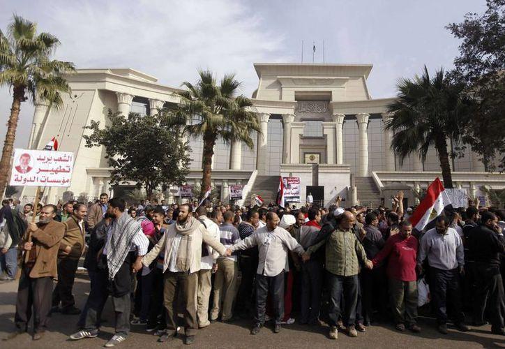 El veredicto del tribunal tiene que ser aprobado por la máxima autoridad religiosa de Egipto. En la imagen, una manifestación frente a la Suprema Corte egipcia, en El Cairo. (swatmasriya.com)