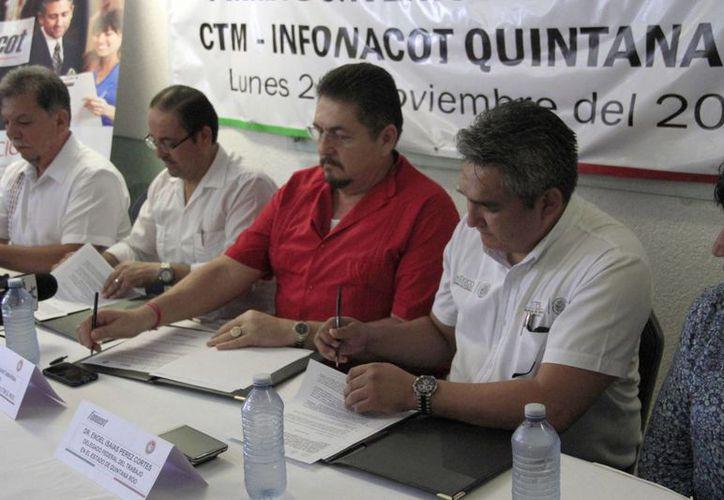 Los representantes de la confederación y del instituto en la firma del acuerdo. (Tomás Álvarez/SIPSE)