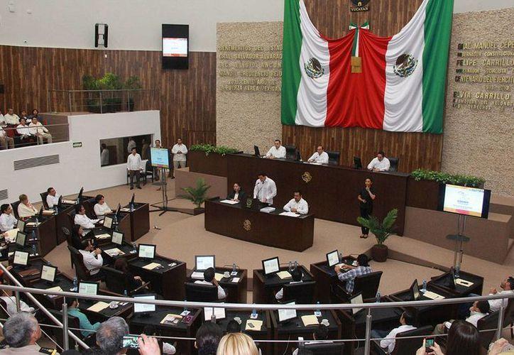 José Enrique Goff Ailloud, titular de la Codhey, al rendir su informe de actividades, ante el pleno del Congreso del Estado. (Milenio Novedades)