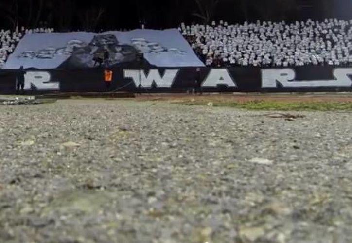 Aficionados del CSKA Sofía de Bulgaría realizaron una espectacular coreografía ante el próximo estreno de 'Star Wars: Episodio 7'. (Captura de pantalla de Youtube)