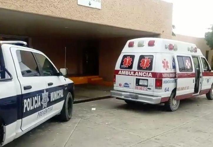 Trasladan a taxista a servicios médicos tras agredirlo con arma de fuego. (Foto Sipse)