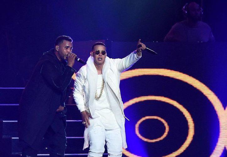 Daddy Yankee y Don Omar durante el concierto que ofrecieron la noche del sábado en Los Angeles como parte de su gira <i>The Kingdom</i>. (Twitter. @STAPLESCenter)