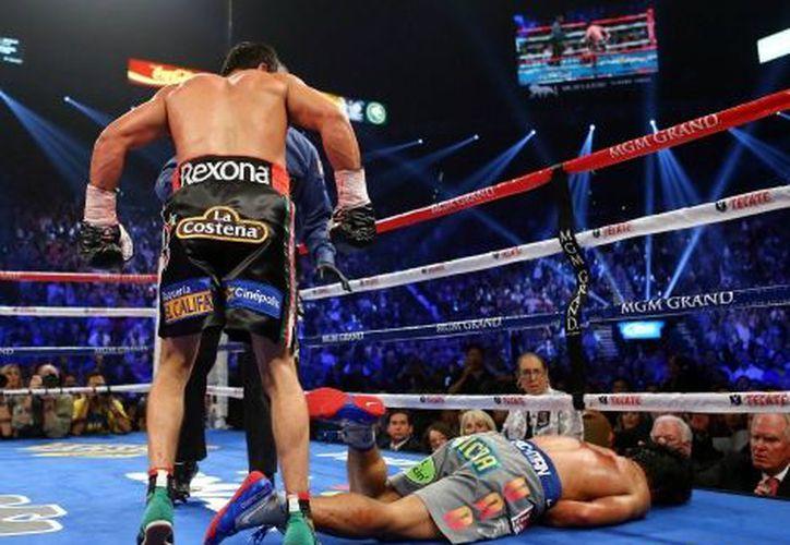 El momento en que Pacquiao cae de bruces a la lona. (MILENIO/AFP)