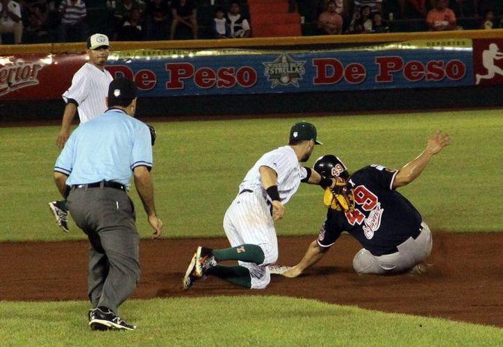 Tigres de Quintana Roo venció 6 a 0 a Leones en el último partido de la temporada regular. En la foto, Jaime Pedroza pone fuera de circulación a José Félix a pesar de la agresiva barrida.(Milenio Novedades)